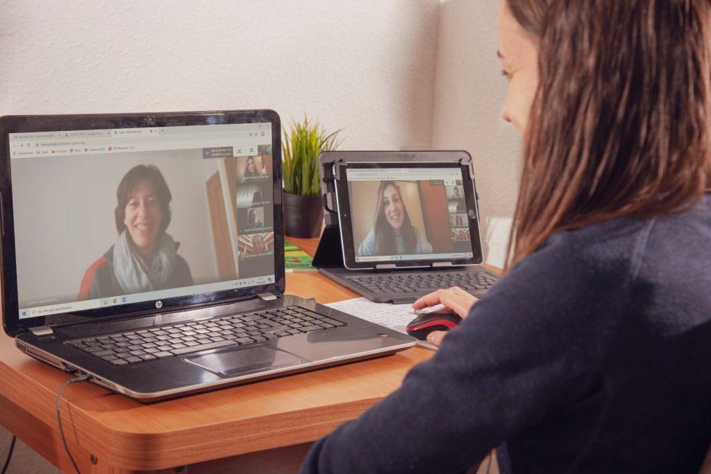 Profesores empleando herramientas tecnológicas y poniendo en práctica su competencia digital docente